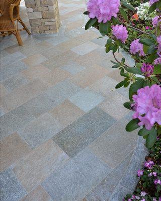 Pavimento porticato in pietra di Luserna fiammata colore misto